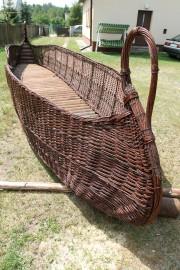 Wiklinowa łódź ma dokładnie długość 7,4 metra przy szerokości 1,30 m.