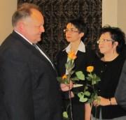 Ryszard Andres, przewodniczący Rady Powiatu, dyrektor Gimnazjum nr 2 im. Jana Pawła II w Stalowej Woli wręcza w ramach podziękowania za trud pracy nauczania herbaciane róże.