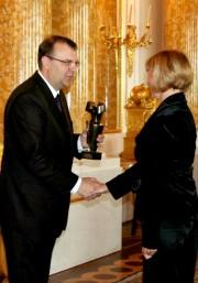 Minister Kultury i Dziedzictwa Narodowego, Kazimierz Ujazdowski wręcza statuetkę Sybilli dyrektorowi Muzeum Regionalnego w Stalowej Woli.