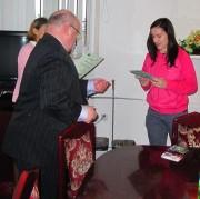 Jedna ze zwyciężczyń konkursu odbierająca nagrodę z rąk Prezydenta.