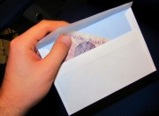 Obowiązku dawania w kopercie nie ma, a jeżeli już dajemy pieniądze to co łaska, a nie kto więcej.