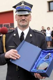 Komendant Państwowej Straży Pożarnej w Stalowej Woli, Tadeusz Niedziałek, przywitał parlamentarzystów, przedstawicieli miasta i powiatu oraz wszystkich gromadzonych.