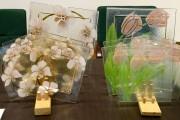 Beata Handziak w swojej ofercie ma m.in. szklane i ceramiczne figury, figurki, zegary, talerzyki deserowe, patery i misy.