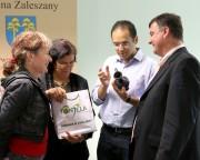 Starosta Stalowowolski, Wiesław Siembida wraz z reprezentacyjną grupa z Portugalii. Otrzymał zabytkowy dzbanuszek na wino, który ma przynieść mu szczęście.