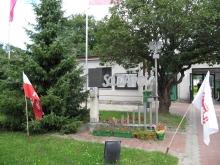 Pomnik przy bramie Elektrowni