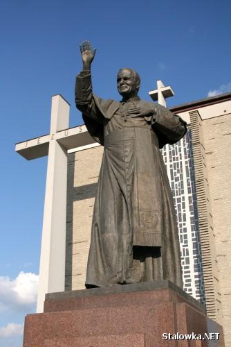 Pomnik Jana Pawła II przed Bazyliką Mniejszą w Stalowej Woli.