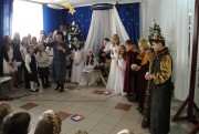 Uczniowie wcielili się w biblijne postacie m.in. Maryi, Józefa oraz trzech króli. Spektakl ubarwił chór pod kierunkiem Ewy Woynarowskiej złożony z wychowanków społecznej placówki.