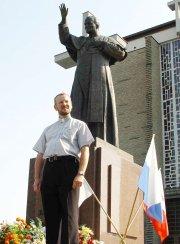 Ks. Leszek Czeluśniak przed stalowowolską bazyliką