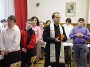 Ks. Stanisław Rząsa prowadzi modlitwę podczas spotkania w sali katechetycznej parafii św. Floriana