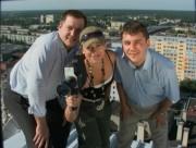 Jolanta Wiszniewska wraz z Bartoszem Kopyto i Damianem Marczakiem na dachu Mostostalu